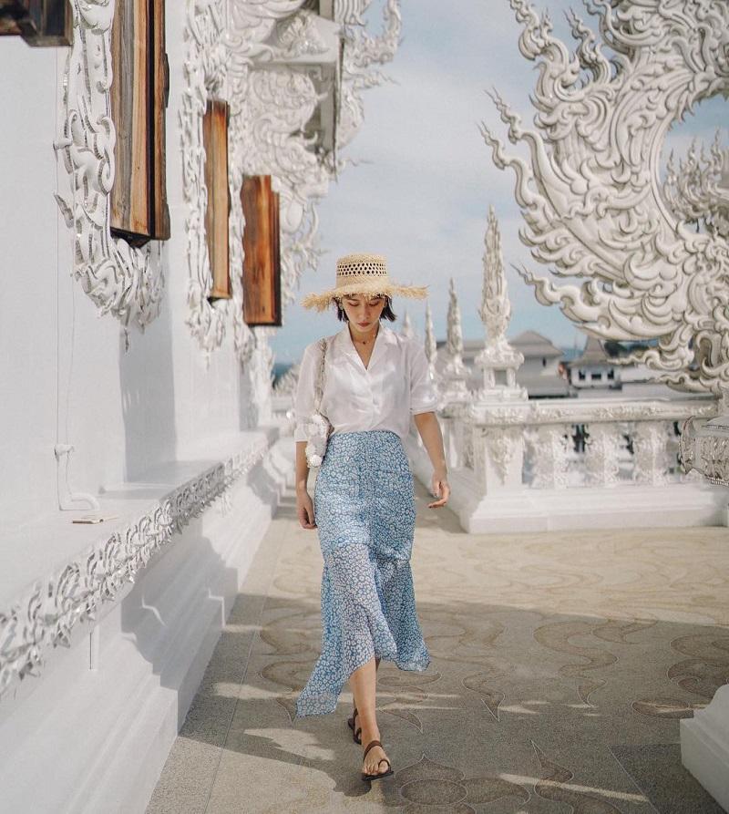Áo blouse cùng chân váy midi hoathích hợp đi chùa