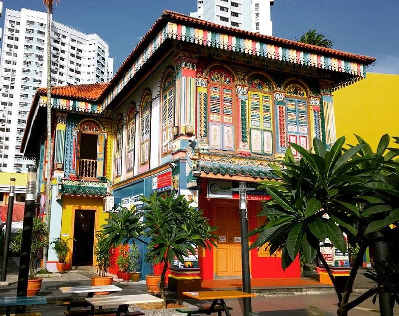 những căn nhà được sơn màu sắc khác nhau tại khu Tiểu Ấn