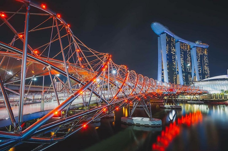 Helix Bridge rực rỡ với ánh đèn màu sắc về đêm