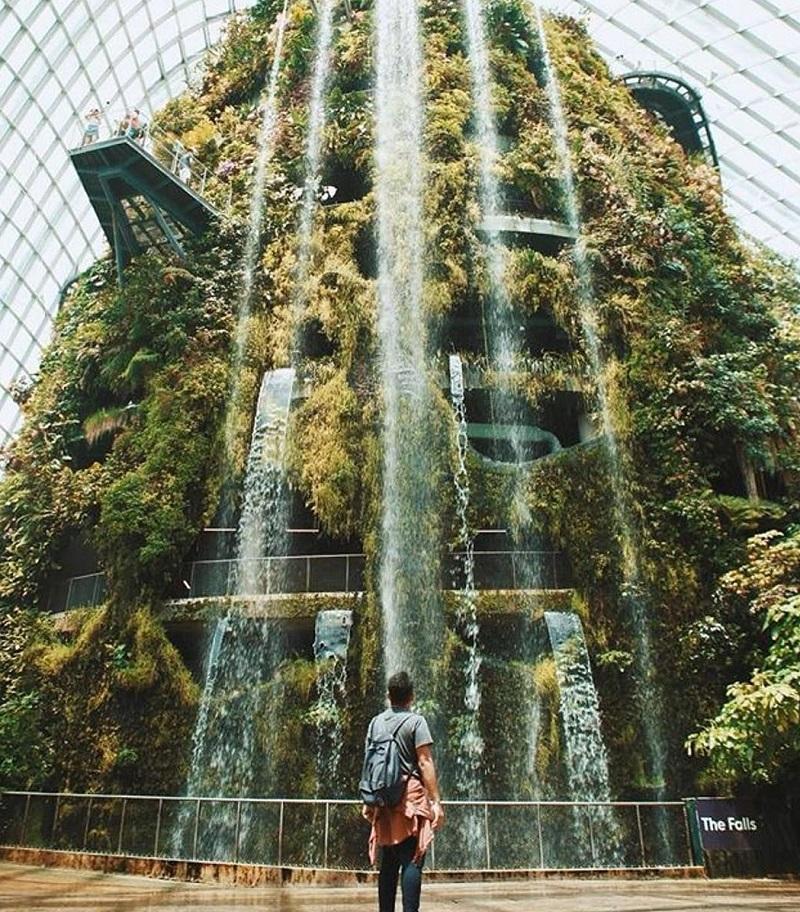 Thác chảy từ ngọn túi có độ cao 3000m tại Gardens By The Bay