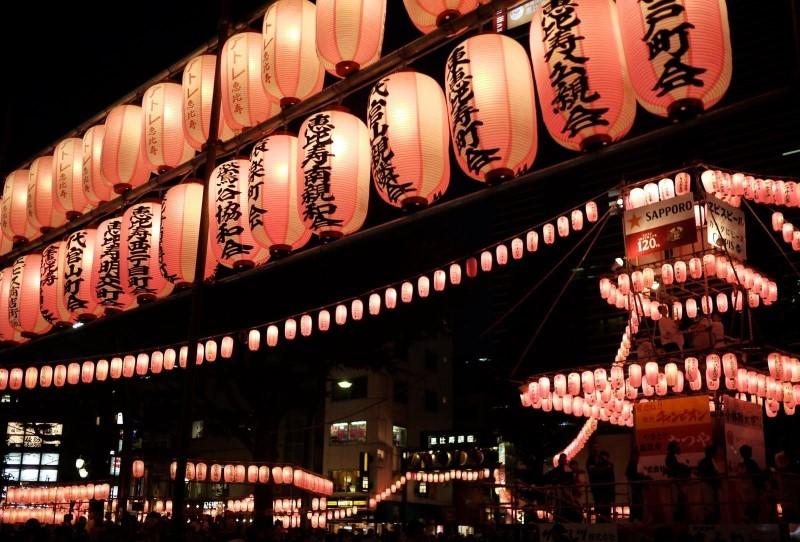 Lồng đèn thắp sáng tại đường phố Nhật