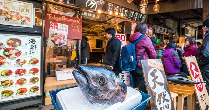 Bên ngoài một cửa hàng tại chợ cá Tsukiji
