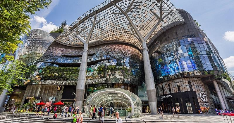 Bên ngoài cồng trung tâm thương mại tại Singapore