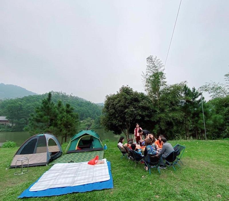 Đi cắm trại mang theo bàn ghế xếp, thảm trải và lều trại