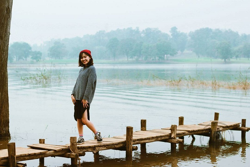 Chụp ảnh trên cây cầu gỗ nhỏ giữa hồ Đồng Mô