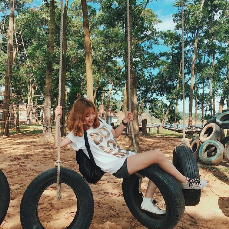 Vui chơi với những chiếc xích đu bằng lốp xe độc đáo ở Đồng Mô