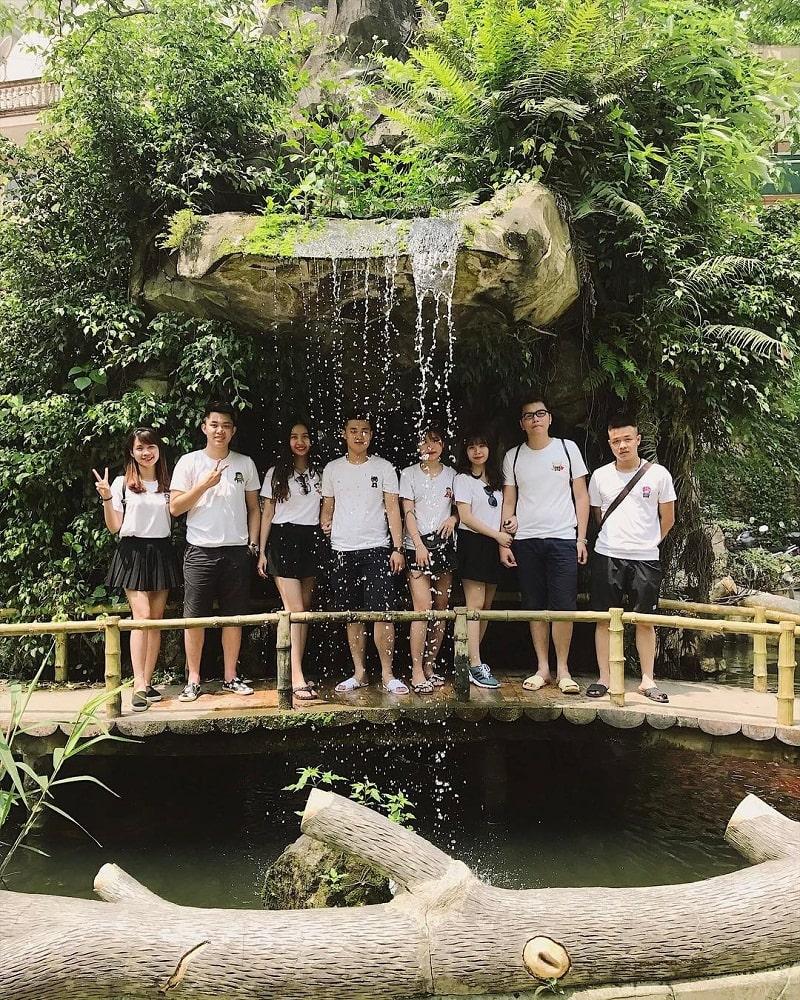 Nhóm bạn cùng chụp ảnh ở một góc khu du lịch Khoang Xanh