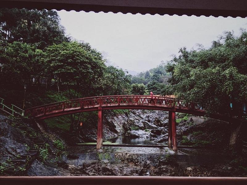 Cây cầu đỏ ở khu du lịch Ao Vua Ba Vì