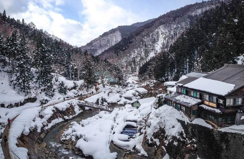 Tuyết phủ trắng trên những con nhà gần sườn núi ở Nhật