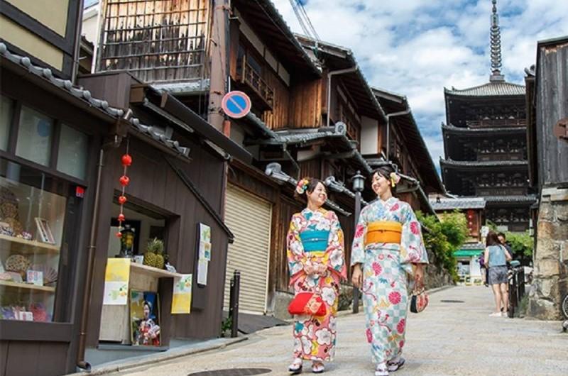 Tản bộ qua khu phố có nhiều ngôi chùa