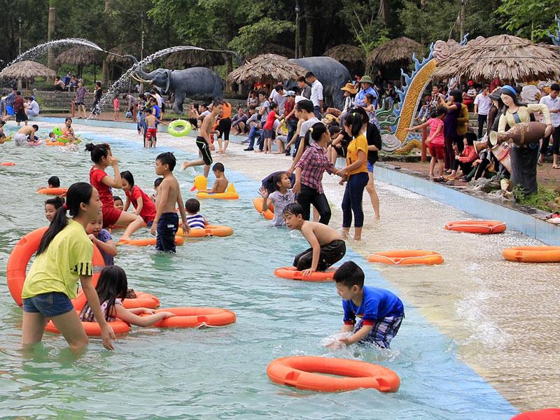 Rất nhiều em nhỏ đang trải nghiệm bể bơi ở Khoang Xanh Suối Tiên
