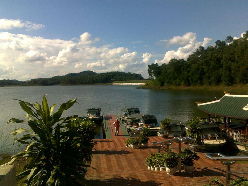Khung cảnh hồ nước xanh mát ở Đồng Mô