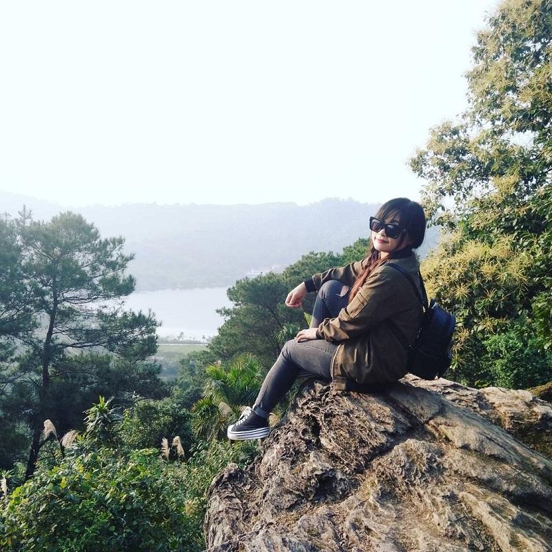 Chụp ảnh trên mỏm đá nhìn ra núi rừng ở Ba Vì