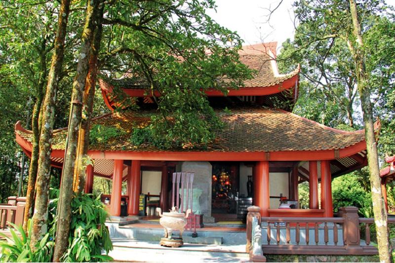 Khung cảnh bên ngoài đền thờ Bác Thờ