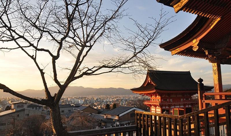 Khung cảnh chùa bình yên lúc hoàng hôn