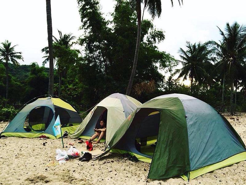 Dựng lều trại ở bãi biển Làng Vân