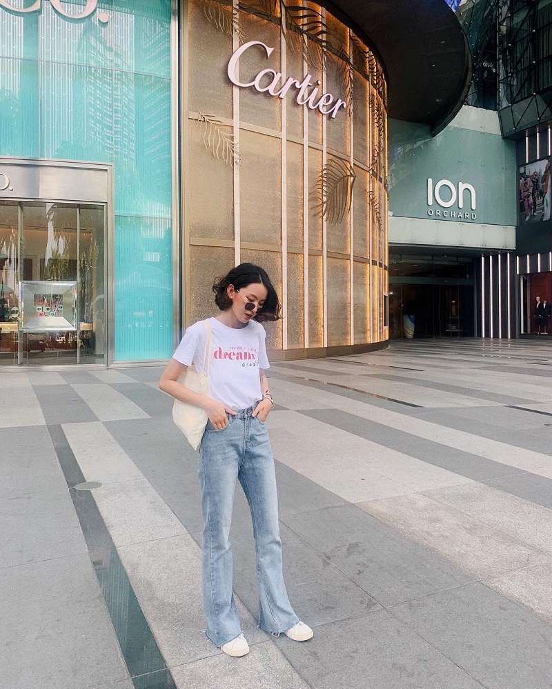áo phông mix quần jeans ống loe phù hợp khi đi trung tâm thương mại