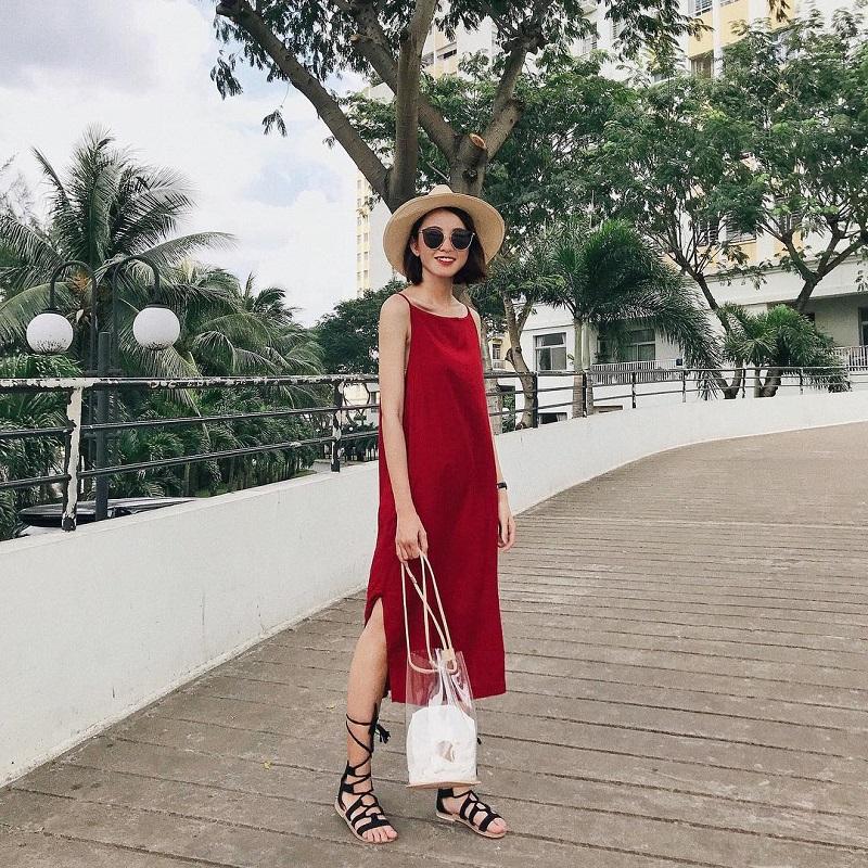 Đi du lịch Singapore nên mặc gì? áo 2 dây đỏ là lựa chọn phù hợp