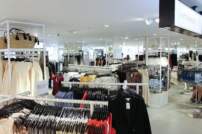 Gian hàng quần áo bên trong khu trung tâm mua sắm