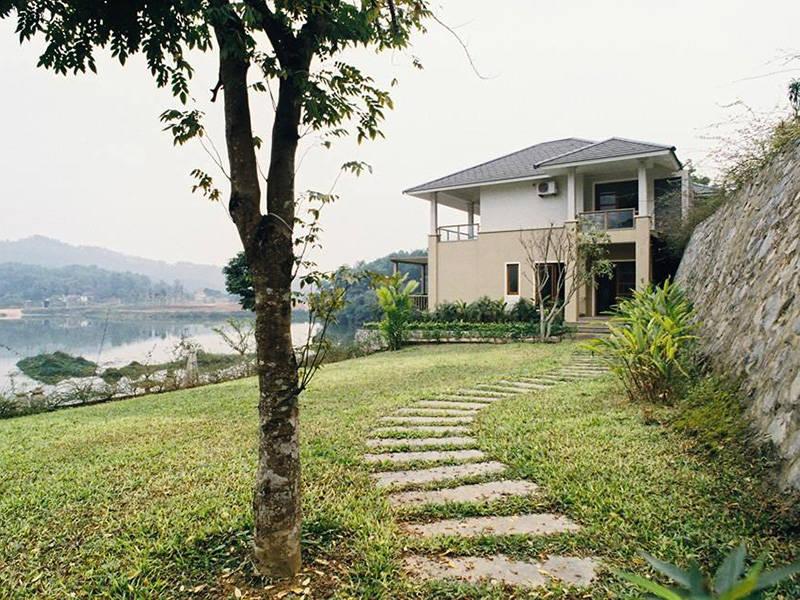 Bella resort Ba Vì có view nhìn ra hồ nước rộng lớn