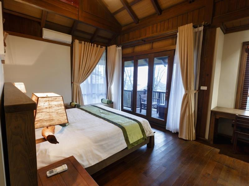 Không gian phòng ngủ ấm cúng ở Le Mont Ba Vì Resort & Spa