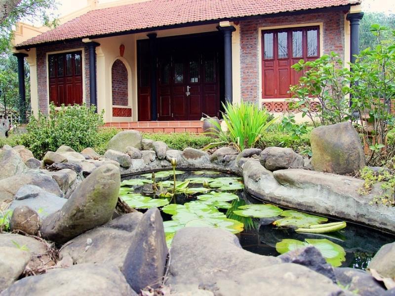 Hồ nước và mặt tiền phía trước của Family resort Ba Vì