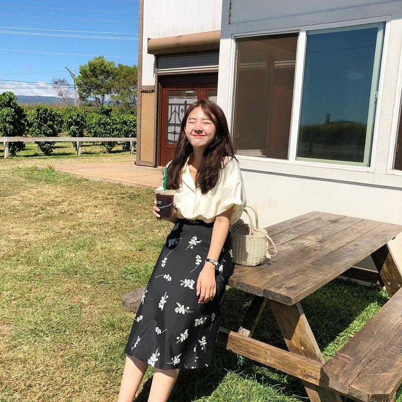 Áo blouse mix cùng chân váy midi mang đến sự nữ tính