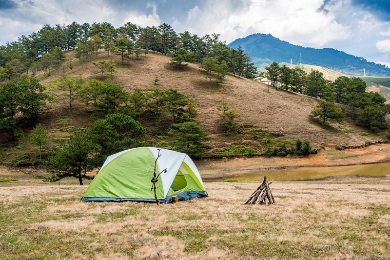 Cắm trại ở suối vàng với khung cảnh hoang sơ ngọn đồi phủ thông