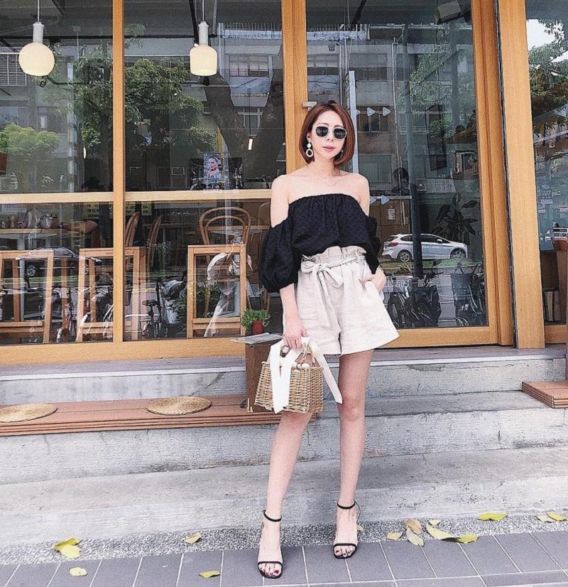 Mix áo trễ vai cùng quần short dạo phố