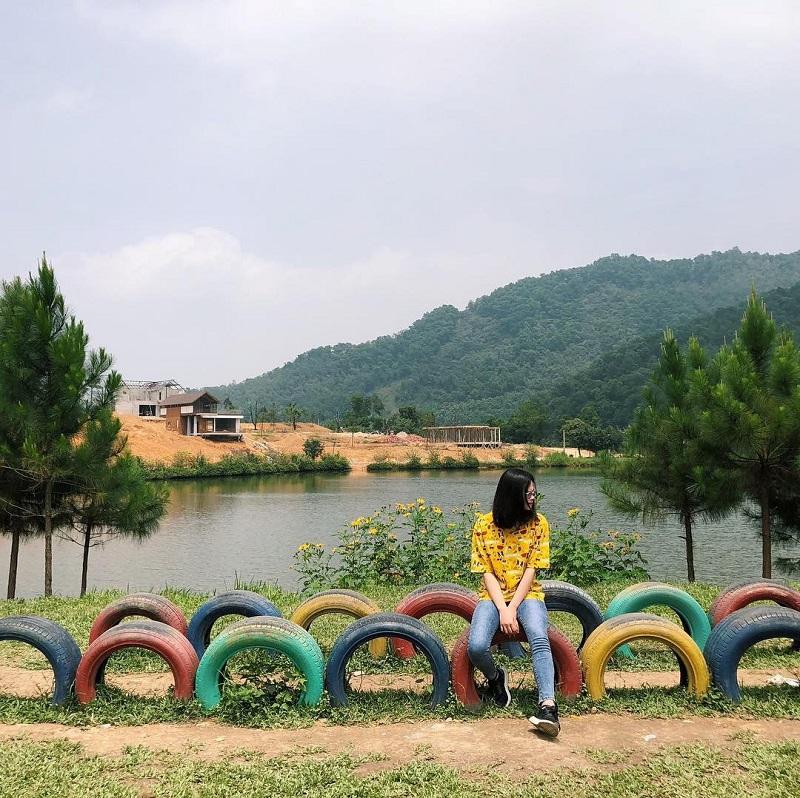 Khuôn viên được trang trí bắt mắt với hồ, đồi và nhiều cây xanh