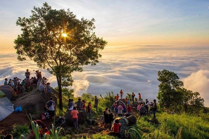 Rất nhiều người ghé tới núi Bà Đen để cắm trại và săn mây