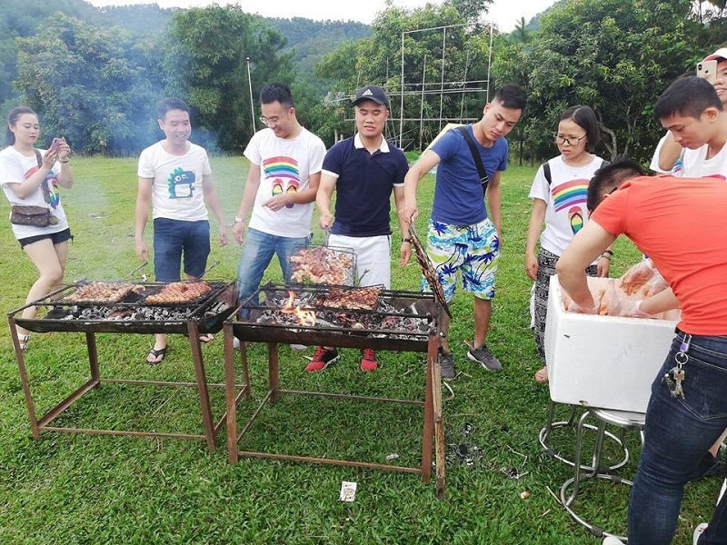 Nướng thịt trên bếp than hoa