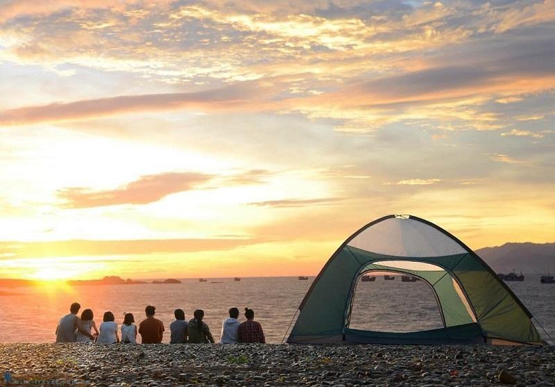 Dựng lều trại trên biển và ngắm hoàng hôn