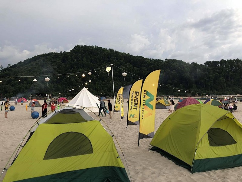 Khung cảnh đông vui trên bãi biển Cảnh Dương