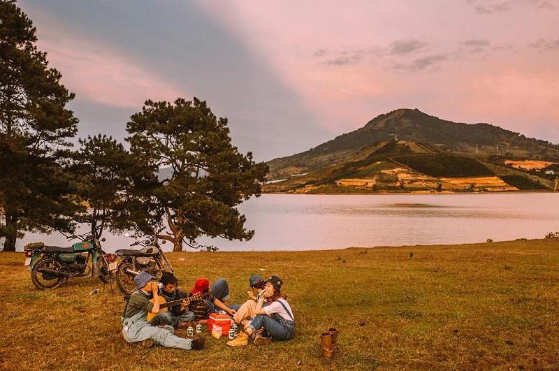 Tổ chức cắm trại và đàn hát gần hồ ở Đà Lạt