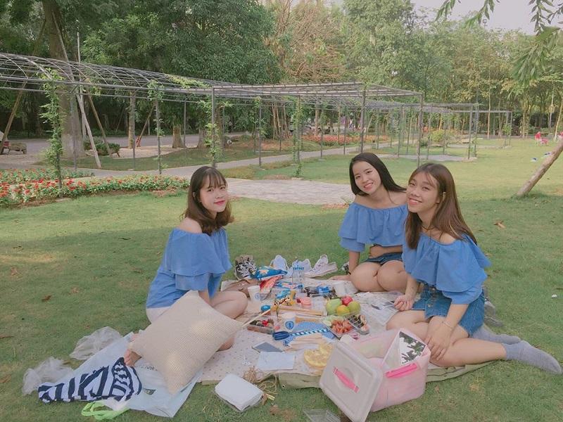 Các bạn trẻ thường mang theo thảm trải, đồ ăn để tổ chức cắm trại dã ngoại