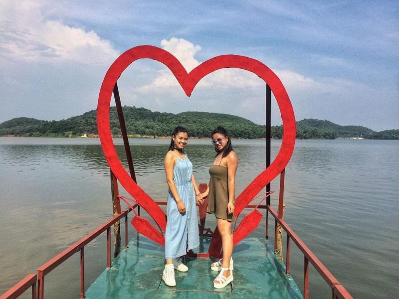 Khu cắm trại còn nằm ở gần hồ Đồng Quan