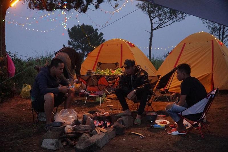 Tổ chức ăn uống khi đi cắm trại vào buổi tối
