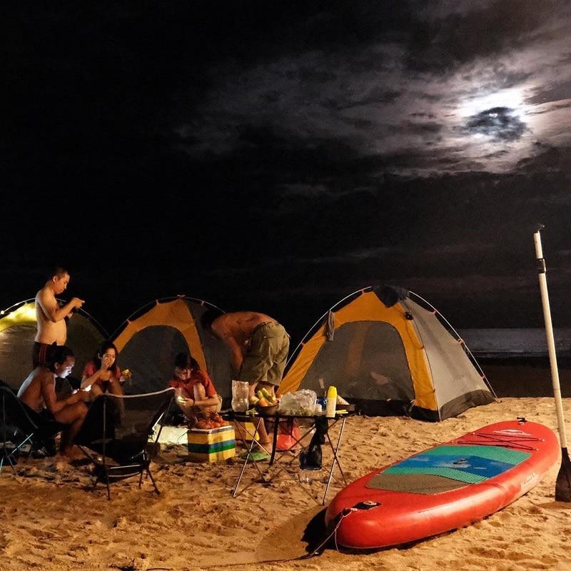 Nhóm bạn cắm trại qua đêm trên biển