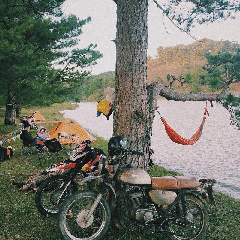 Có thể di chuyển bằng xe máy đến hồ suối vàng