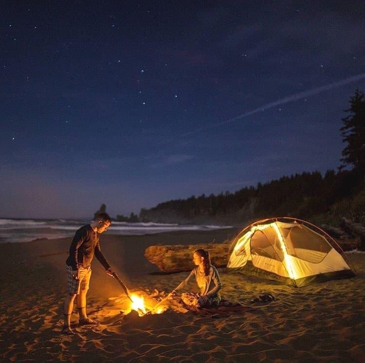 Dựng lều trại và đốt lửa trại trên biển