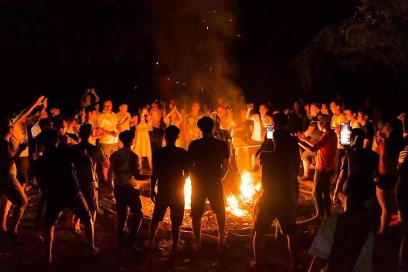 Tổ chức đốt lửa trại và vui chơi vào buổi tối