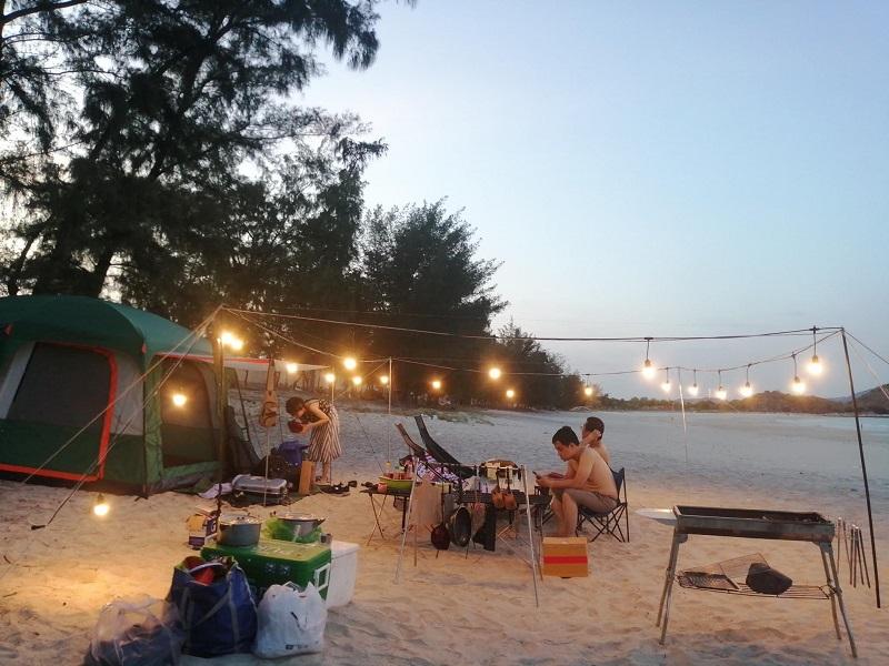 Giăng đèn và bày lều trại, bàn ghế