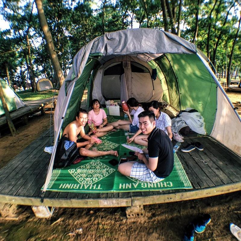 Tổ chức ăn uống bên trong lều trại