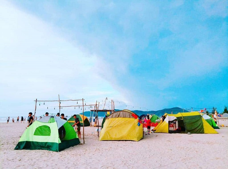 Dựng lều trại trên bãi biển
