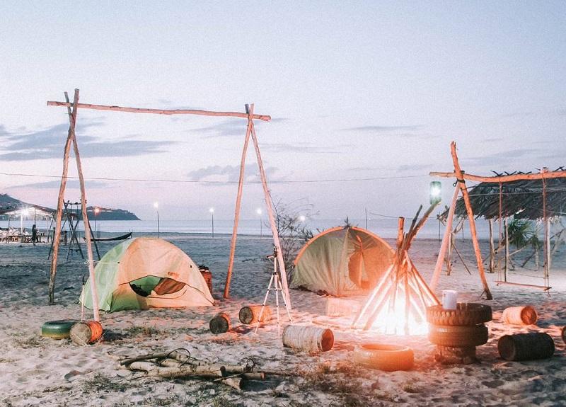 Dựng lều và đốt lửa trại vào buổi tối