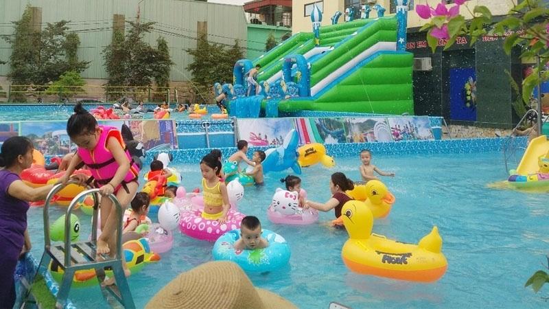Các bạn nhỏ háo hức với không gian vui chơi của bể bơi