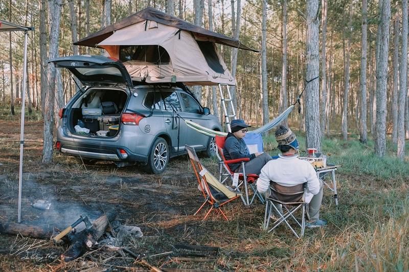 Bày biện bàn ghế và lều trại tại khu rừng thông Đà Lạt