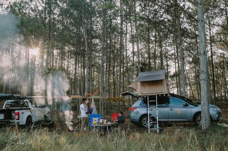Dựng lều treo trên xe ô tô ở rừng thông Đà Lạt