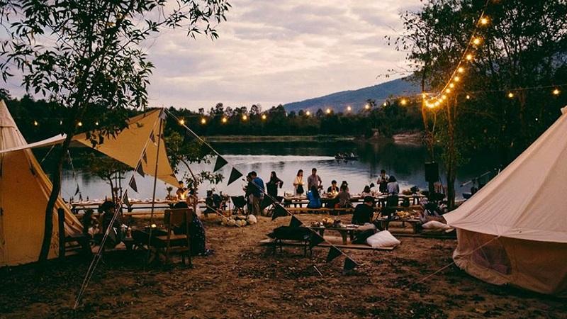 Cắm trại ở ven hồ Tuyền Lâm với ánh đèn lấp lánh vào buổi tối
